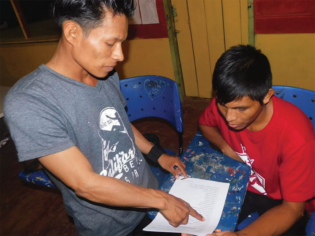 Na comunidade indígena Umariaçu II, no Alto Solimões, o jovem Raquelson Grabiel da Silva, à direta, confere com o apoiador o formulário.